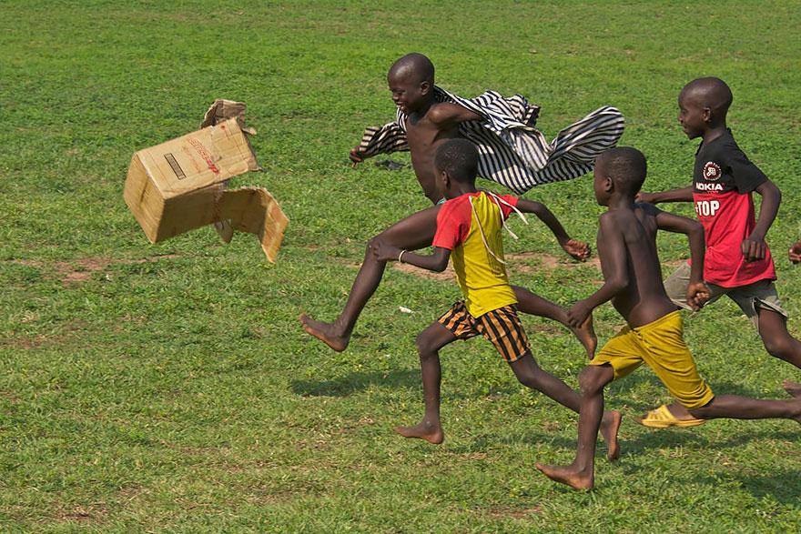 13 Foto Sensazionali Di Bambini Che Giocano Nel Mondo